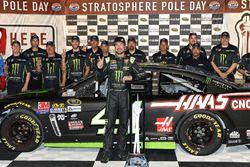 Ganador de la pole Kurt Busch, Stewart-Haas Racing Chevrolet