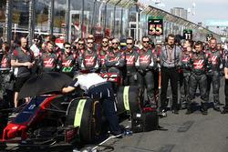Günther Steiner, Team Principal, Haas F1 Team, et les ingénieurs Haas F1 Team