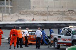 Choque del #964 GRT Grasser Racing Team Lamborghini Huracan GT3: Rolf Ineichen, Christian Engelhart,