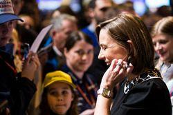 Claire Williams, Williams, Stellvertretende Teamchefin, gibt Autogramme