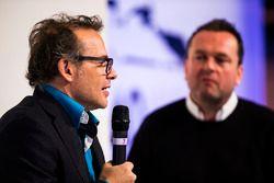 Jacques Villeneuve wordt geïnterviewd op het podium van Autosport