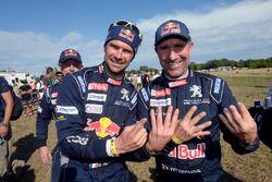 Stéphane Peterhansel en Cyril Despres, Peugeot Sport vieren Stéphane's dertiende overwinning
