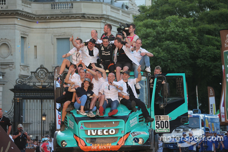 #500 Team De Rooy, IVECO: Gerard De Rooy, Moi Torrallardona, Darek Rodewald with the team