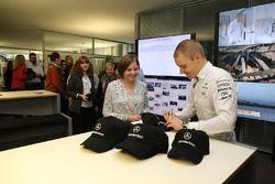 Valtteri Bottas, Mercedes AMG F1 signe des autographes pour des employés de Mercedes-Benz