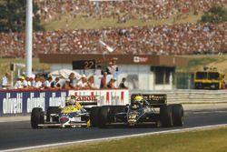 Ayrton Senna (Lotus 98T Renault) haalt Nigel Mansell (Williams FW11 Honda) in. Ze eindigden de race als tweede en derde.