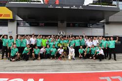 Il vincitore della gara Valtteri Bottas, Mercedes AMG F1, Lewis Hamilton, Mercedes AMG F1, e il team