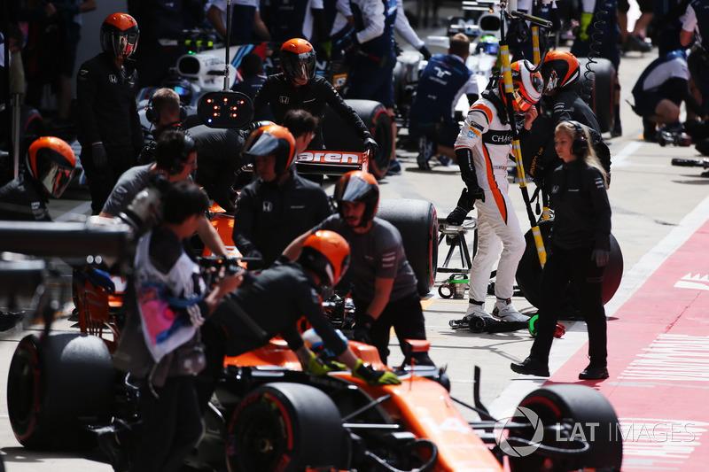 Stoffel Vandoorne, McLaren, esce dalla sua monoposto mentre Fernando Alonso, McLaren MCL32, Lance Stroll, Williams FW40, Felipe Massa, Williams FW40 sopraggiungono