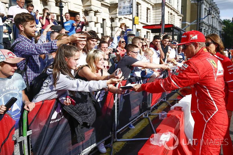 Кімі Райкконен (Ferrari) роздає автографи