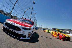 Joey Logano, Team Penske Ford and Ryan Blaney, Wood Brothers Racing Ford lead the field at the start