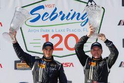 Podio GS: ganadores #60 KohR Motorsports Ford Mustang: Jade Budford, Scott Maxwell