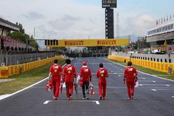 Sebastian Vettel, Ferrari camina por la pista con el equipo