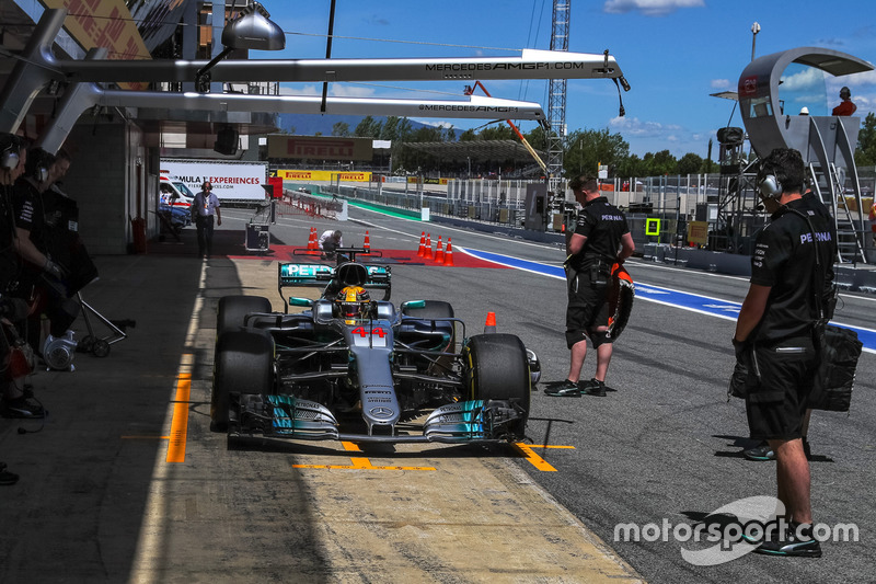 Lewis Hamilton, Mercedes-Benz F1 W08  makes a practice pitstop