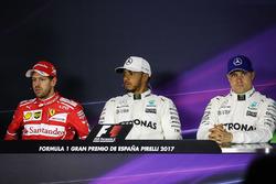 Ganador de la pole Lewis Hamilton, Mercedes AMG F1, segundo lugar, Sebastian Vettel, Ferrari y terce
