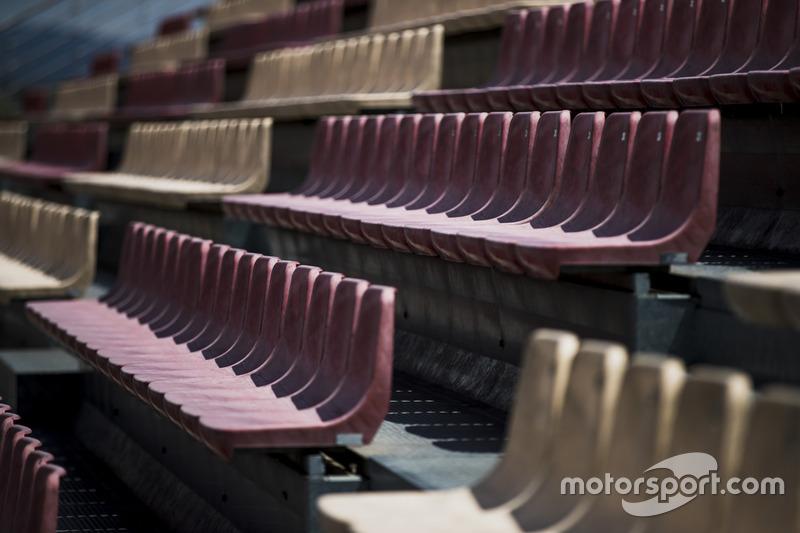 Пустые сиденья на трибунах