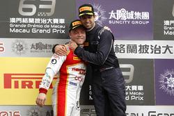 Podio: il vincitore della gara António Felix da Costa, Carlin Dallara Volkswagen con Felix Rosenqvis