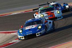 #78 KCMG Porsche 911 RSR: Christian Ried, Wolf Henzler, Joël Camathias, #86 Gulf Racing Porsche 911