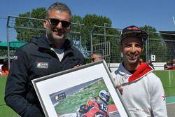 Marco Melandri riceve un riconoscimento per la ricorrenza dei 20 anni dalla conquista del titolo ita