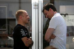 Valtteri Bottas, Mercedes AMG F1 und Toto Wolff, Mercedes AMG F1, Sportchef