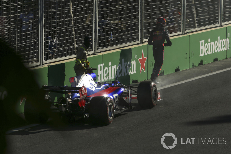 Daniil Kvyat ainda abandonaria a prova na volta 10, trazendo o primeiro Safety Car da prova.