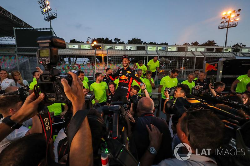 1. Daniel Ricciardo, Red Bull Racing, feiert mit dem Team