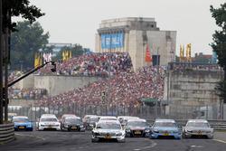The start of the race, Ralf Schumacher, Laureus AMG Mercedes C-Klasse leads Jamie Green, Junge Stern