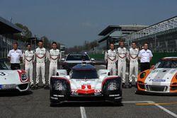 Andreas Seidl, Team Principal de Porsche Team, Fritz Enzinger, Vice-président LMP1 Porsche Team, Timo Bernhard, Earl Bamber, Brendon Hartley, Neel Jani, Andre Lotterer, Nick Tandy, lors de la présentation officielle