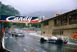 Stefan Bellof, Tyrrell 012-Ford, rebasa a Rene Arnoux y Ayrton Senna