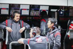 Guenther Steiner, director del equipo, Haas F1 Team y Ayao Komatsu, ingeniero jefe de carrera, Haas