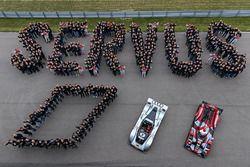 Foto de grupo de Audi Sport con el Audi LMP1 1999 y Audi R18 2016