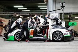 Pit stop, #912 Manthey Racing Porsche 911 GT3 R: Frédéric Makowiecki, Richard Lietz, Michael Christe