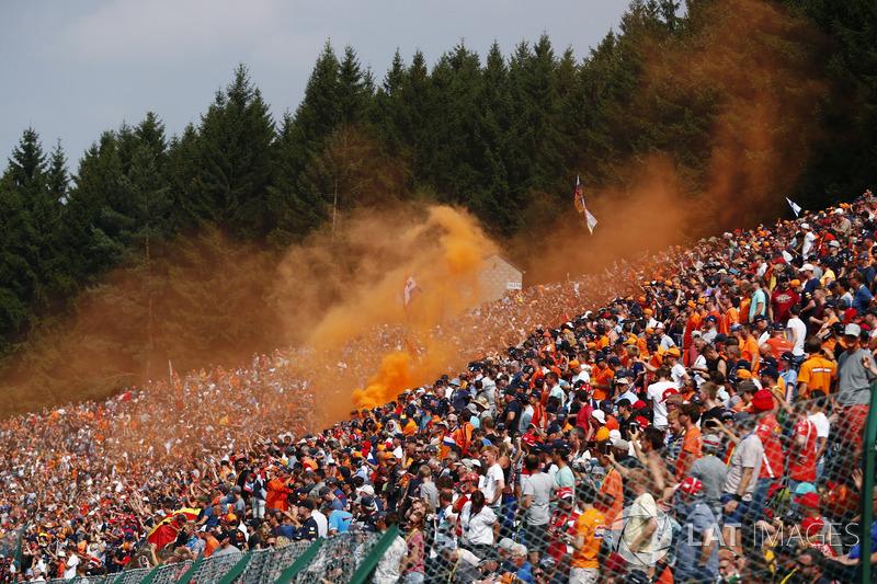 Un fan holandés desencadenó las llamaradas naranja