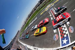 Start: Ryan Blaney, Wood Brothers Racing Ford, Kevin Harvick, Stewart-Haas Racing Ford lead the field