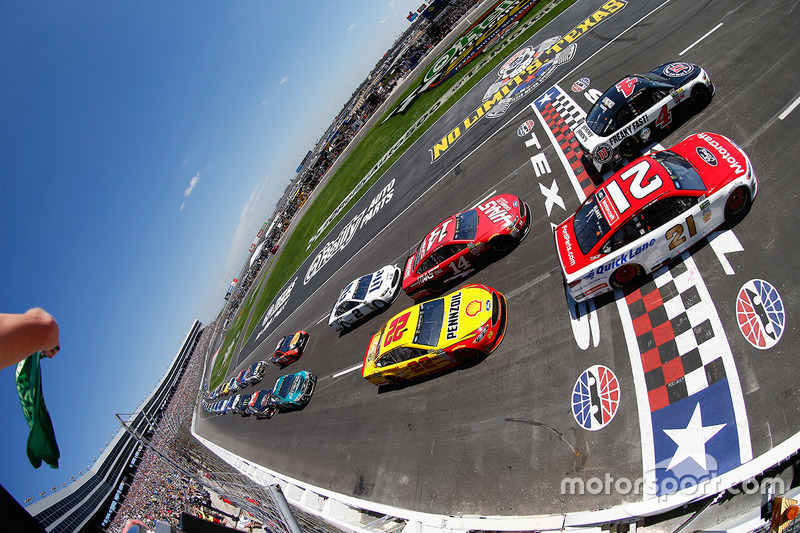 Start: Kevin Harvick, Stewart-Haas Racing, Ford; Ryan Blaney, Wood Brothers Racing, Ford