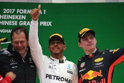 Aldo Costa, ingeniero jefe de Mercedes AMG, Lewis Hamilton, Mercedes AMG, y Max Verstappen, Red Bull