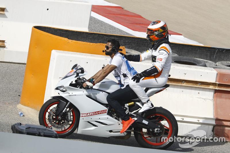 Stoffel Vandoorne, McLaren, consegue uma carona de moto