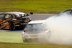 Crash: Andrew Jordan, West Surrey Racing Racing BMW 125i M Sport, Senna Proctor, Power Maxed Racing