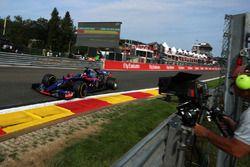 Carlos Sainz Jr., Scuderia Toro Rosso STR12 y un cámara