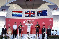 Podium: winnaar Lewis Hamilton, Mercedes AMG F1, tweede Max Verstappen, Red Bull Racing, derde Danie