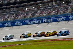 Brad Keselowski, Team Penske Ford, Ricky Stenhouse Jr., Roush Fenway Racing Ford e Kevin Harvick, St