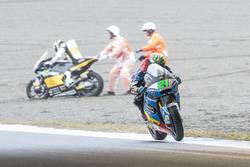Franco Morbidelli, Marc VDS, et Thomas Luthi qui chute à l'arrière-plan