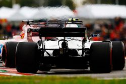Lance Stroll, Williams FW40, y Sergio Perez, Sahara Force India F1 VJM10