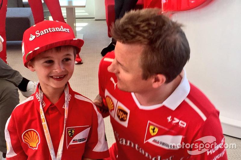 Em 2017, um menino foi flagrado chorando após ver que Kimi Raikkonen estava abandonando. O garoto Thomas (na foto) conheceu seu grande ídolo após a corrida.
