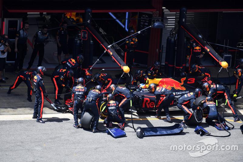Daniel Ricciardo, Red Bull Racing RB13 pitstop