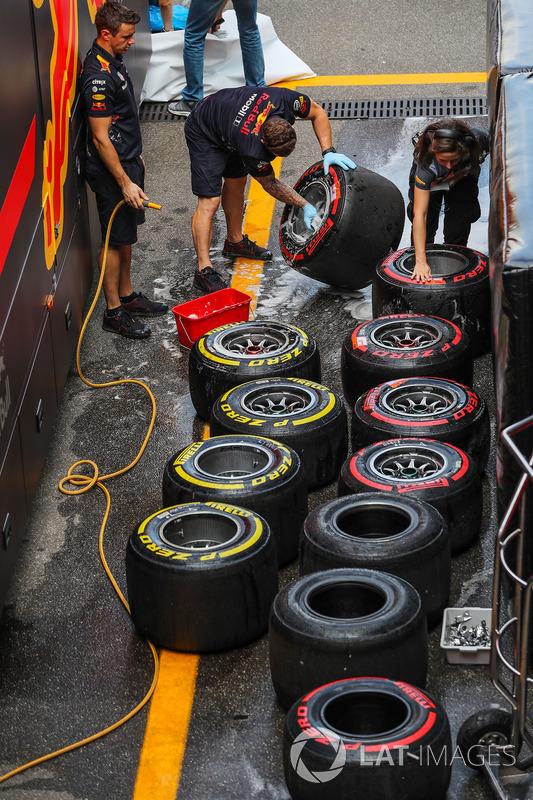 Механіки Red Bull Racing миють шини Pirelli