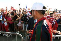 Lewis Hamilton, Mercedes AMG F1 signe des autographes pour les fans