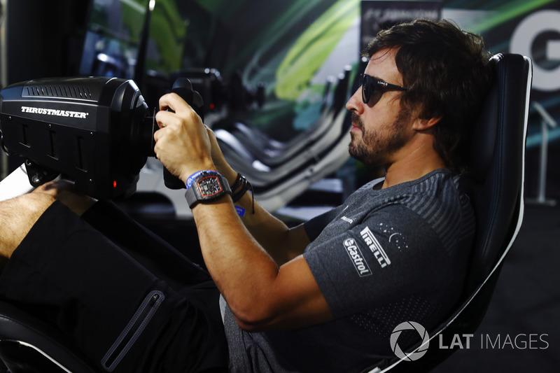Fernando Alonso, McLaren, en un simulator en la Gamezone
