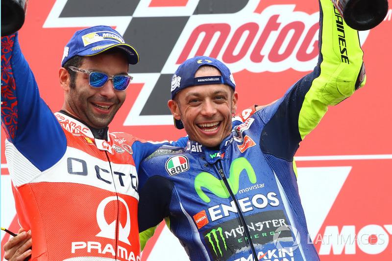 Podio: il secondo classificato Danilo Petrucci, Pramac Racing, il vincitore della gara Valentino Rossi, Yamaha Factory Racing
