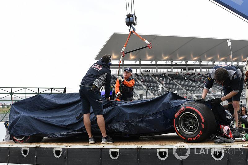 La monoposto incidentata di Carlos Sainz Jr., Scuderia Toro Rosso STR12 viene recuperata dopo le FP1