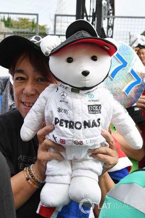 Fan y oso de peluche de Mercedes AMG F1