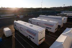 BMW Team RBM camiones en el paddock